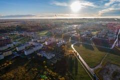 Ideia aérea do nascer do sol bonito sobre a cidade Cidade na névoa, paisagem enevoada Foto de Stock