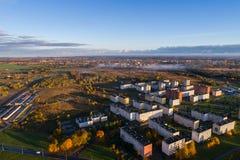 Ideia aérea do nascer do sol bonito sobre a cidade Cidade na névoa, paisagem enevoada Imagens de Stock Royalty Free