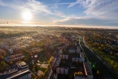 Ideia aérea do nascer do sol bonito sobre a cidade Cidade na névoa, paisagem enevoada Imagem de Stock Royalty Free