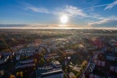 Ideia aérea do nascer do sol bonito sobre a cidade Cidade na névoa, paisagem enevoada Fotos de Stock