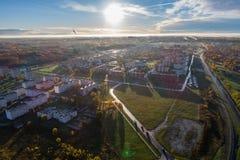 Ideia aérea do nascer do sol bonito sobre a cidade Cidade na névoa, paisagem enevoada Fotografia de Stock