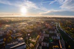 Ideia aérea do nascer do sol bonito sobre a cidade Cidade na névoa, paisagem enevoada Fotos de Stock Royalty Free