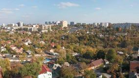 Ideia aérea do outono da arquitetura da cidade com o céu azul nebuloso do zangão filme