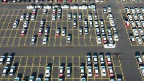 Ideia aérea do parque de estacionamento gigante para os carros novos que chegam de ultramarino video estoque
