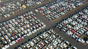Ideia aérea do parque de estacionamento gigante para os carros novos que chegam de ultramarino filme