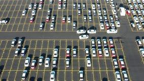 Ideia aérea do parque de estacionamento gigante para os carros novos que chegam de ultramarino vídeos de arquivo