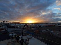 Ideia aérea do por do sol sobre Lowe's, Home Depot e Cran de envio fotos de stock
