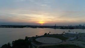 Ideia aérea do por do sol sobre o PA do Rio Delaware Philadelphfia filme