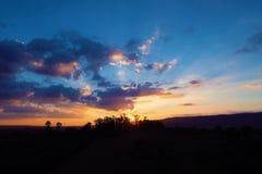 Ideia aérea do por do sol de um campo com raios de sol da floresta foto de stock