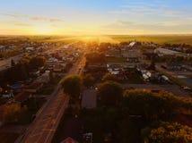 Ideia aérea do por do sol em uma cidade pequena Fotos de Stock