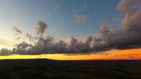 Ideia aérea do por do sol fantástico no campo fotos de stock