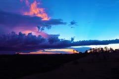 Ideia aérea do por do sol fantástico no campo imagens de stock royalty free