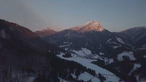 Ideia aérea do por do sol do inverno sobre montanhas alpinas filme