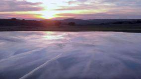 Ideia aérea do por do sol que visita um lago e um carvalho Extremadura spain filme
