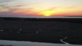Ideia aérea do por do sol sobre a baía de Delaware filme