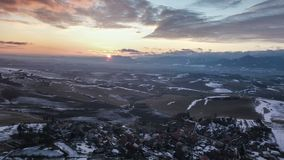 Ideia aérea do por do sol sobre o baixo país da terra e a vila pequena Lapso de tempo Hyper video estoque