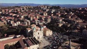 Ideia aérea do quadrado da catedral de Santa Maria Maggiore ou de San Leoluca Vibo Valentia, Calabria, Itália video estoque