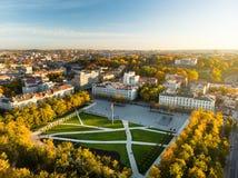 Ideia aérea do quadrado recentemente renovado de Lukiskes, Vilnius Paisagem da cidade velha de Vilnius, o coração do por do sol d fotografia de stock royalty free