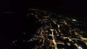 Ideia aérea do recurso grego famoso Thira na noite video estoque