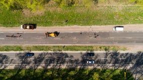 Ideia aérea do reparo da estrada na estrada fotos de stock