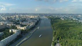 Ideia aérea do rio de Moskva, do parque de Gorky e da arquitetura da cidade de Moscou video estoque