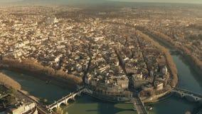 Ideia aérea do rio de Tibre e da arquitetura da cidade romana para o quadrado famoso de Navona da praça na noite Indicadores velh filme