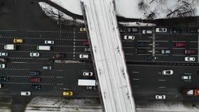 Ideia aérea do tempo de inverno da junção de estrada com carros, ônibus, e o outro tráfego com a ponte de estrada de ferro acima  vídeos de arquivo