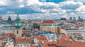 Ideia aérea do timelapse do verão cênico da arquitetura velha da cidade com os telhados da terracota em Praga, República Checa vídeos de arquivo