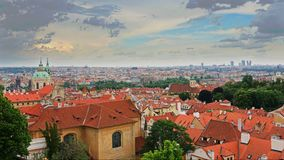 Ideia aérea do timelapse do verão da arquitetura velha da cidade com os telhados vermelhos em Praga, República Checa vídeos de arquivo