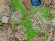 Ideia aérea do tipo inglês bonito do jardim durante a estação do inverno imagem de stock