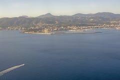 Ideia aérea do tráfego da cidade e do barco em um dia de inverno ensolarado foto de stock