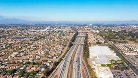 Ideia aérea do tráfego em uma estrada no LA Fotos de Stock Royalty Free