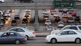 Ideia aérea do tráfego na autoestrada ocupada em Los Angeles do centro Califórnia video estoque