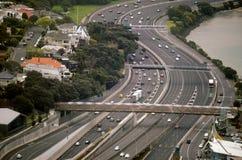 Ideia aérea do tráfego na estrada do centro urbano de Auckland Fotografia de Stock