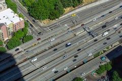Ideia aérea do tráfego nos 5 de um estado a outro em Seattle fotografia de stock