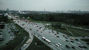 Ideia aérea do tráfego rodoviário congestionado na interseção grande da estrada imagem de stock