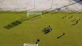 Ideia aérea do treinamento do futebol exterior Treinamento desportivo dos povos para o fósforo vídeos de arquivo