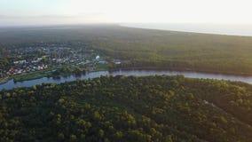 Ideia aérea do vídeo da opinião superior 4K UHD do zangão do campo do lago Gauja do campo filme