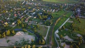 Ideia aérea do vídeo da opinião superior 4K UHD do zangão do campo do lago Gauja do campo video estoque