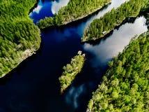 A ideia aérea do verão bonito do lago azul e da floresta verde ajardina em Finlandia Foto de Stock
