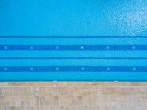 Ideia aérea do zangão, da associação de água transparente e do fundo azul com listras horizontais imagens de stock royalty free
