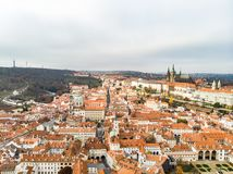 Ideia aérea do zangão da opinião de Vitus Cathedral Panoramic do castelo e do Saint de Praga, República Checa Rio de Vltava fotos de stock royalty free