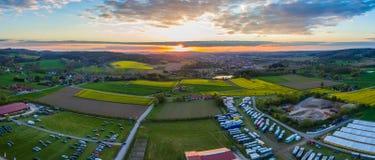 Ideia aérea do zangão de uma competição da equitação no ¼ CK de Hagen Osnabrà no por do sol imagens de stock royalty free