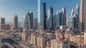 Ideia aérea dos arranha-céus e da junção de estrada no timelapse de Dubai filme