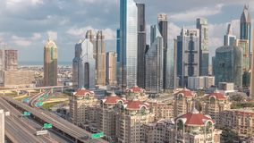 Ideia aérea dos arranha-céus e da junção de estrada no timelapse de Dubai vídeos de arquivo