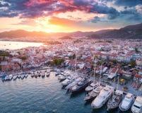 Ideia aérea dos barcos e dos yahts e arquitetura bonita no por do sol Imagem de Stock