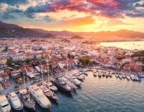 Ideia aérea dos barcos e dos yahts e arquitetura bonita no por do sol Imagens de Stock
