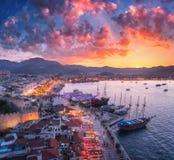 Ideia aérea dos barcos e dos yahts e arquitetura bonita no por do sol Imagens de Stock Royalty Free
