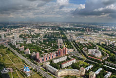 Ideia aérea dos blocos de apartamentos modernos construídos na cidade europeia. Foto de Stock