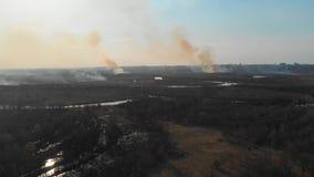 Ideia aérea dos campos ardentes perto da cidade Campos de queimadura na primavera perto da cidade filme